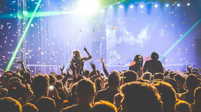 Толпа людей танцуя на ночном клубе - событии в реальном маштабе времени фестиваля концерта стоковые фотографии rf