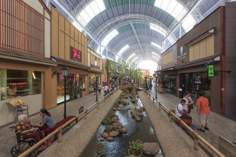 Толпа людей ходя по магазинам на Paseo паркует мол стоковые фотографии rf