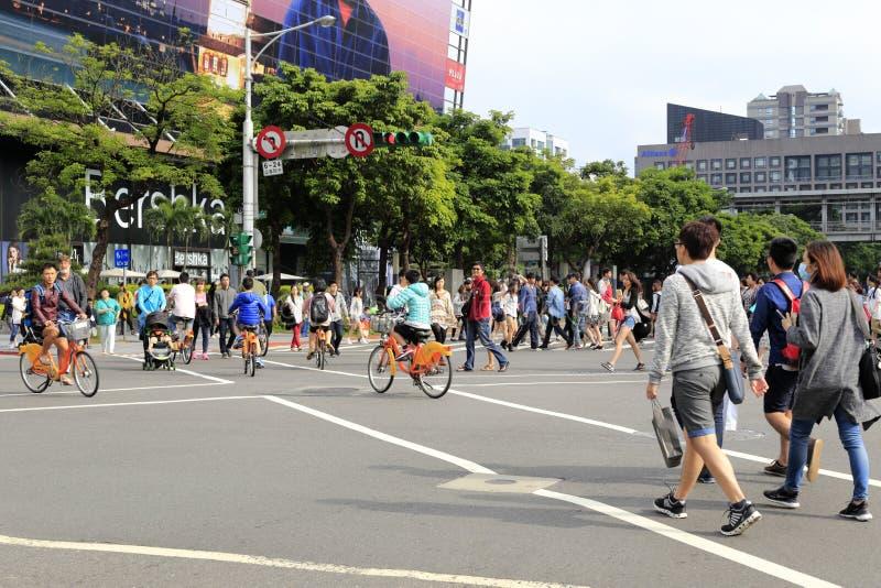 Толпитесь крест улица раскосно на разбивочном взгляде улицы Тайбэя стоковое фото rf
