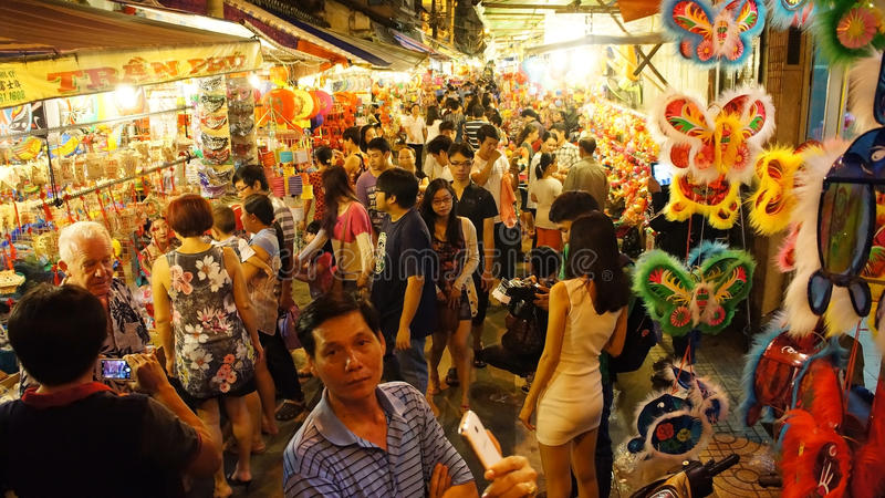 Толпить атмосфера, улица фонарика на ноче стоковые изображения rf
