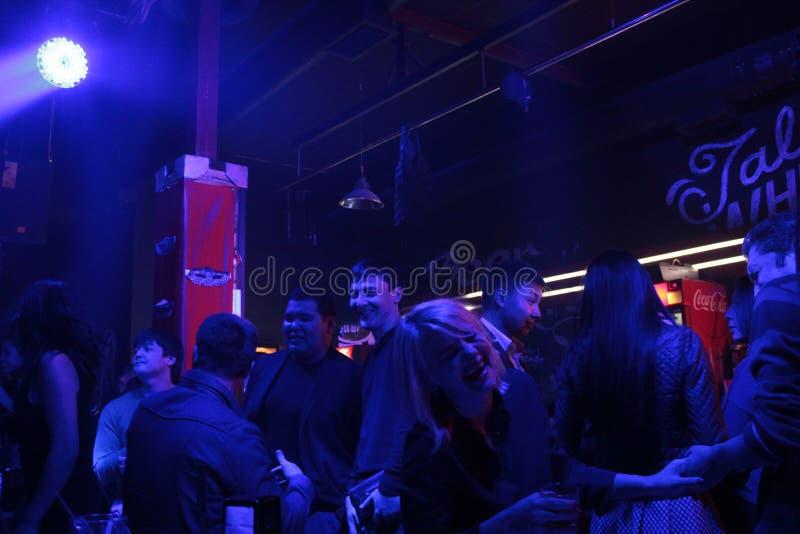 Толпить ночной клуб в Бишкеке стоковое изображение rf