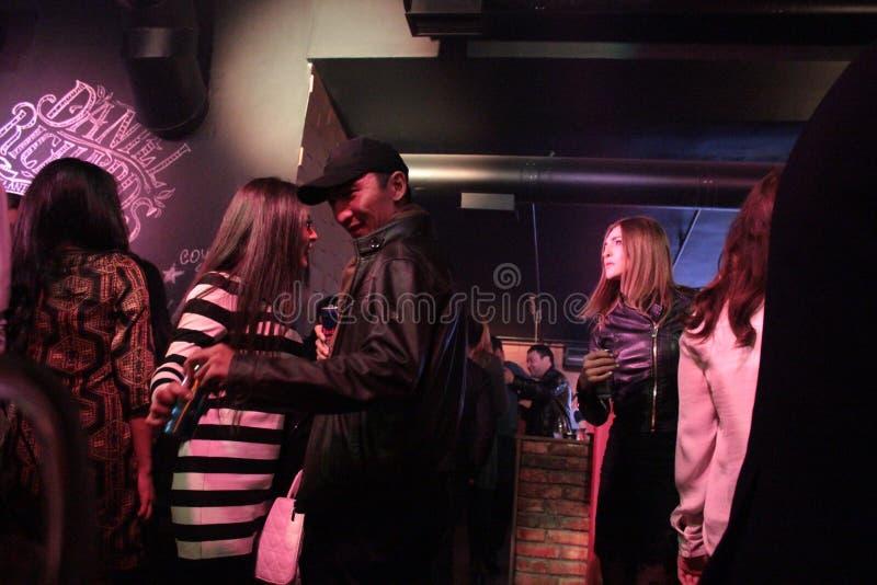 Толпить ночной клуб в Бишкеке стоковая фотография