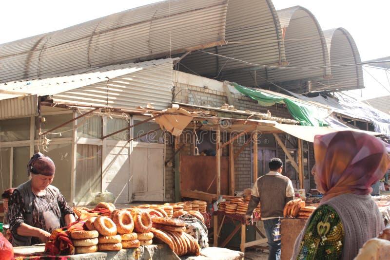 Толпить переулок в базаре Osh стоковые изображения rf