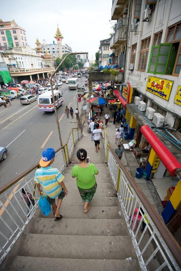 Толпить улица в Янгоне стоковое изображение