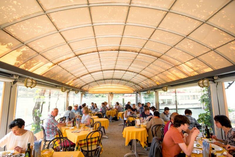 Толпить touristic газебо ресторана стоковое изображение