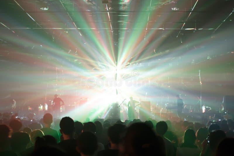 Толпы концерта музыки загоренные от светов этапа стоковые фотографии rf