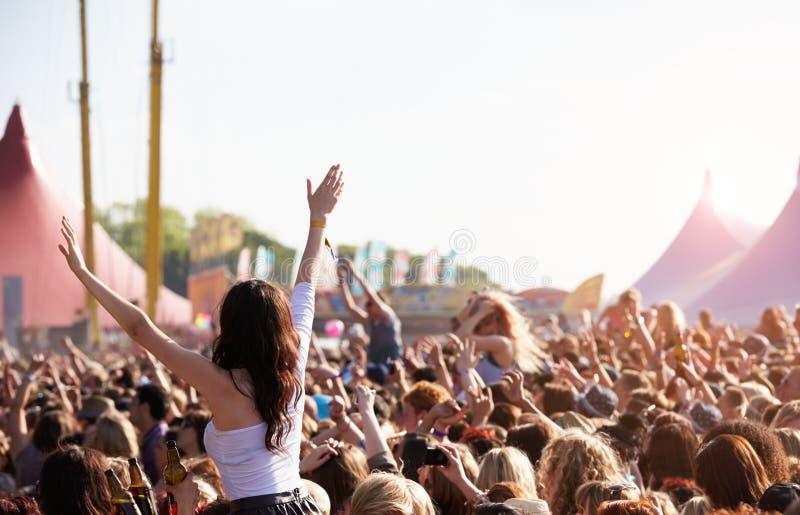 Толпы наслаждаясь на внешнем музыкальном фестивале стоковое изображение rf
