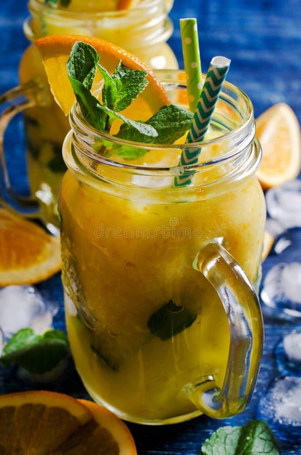 Толстое питье сделанное от цитруса стоковое изображение