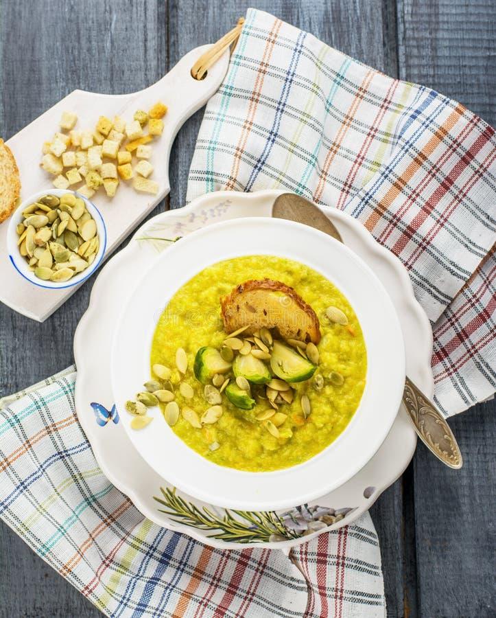 Толстое пюре овощного супа с ростками Брюсселя стоковая фотография rf