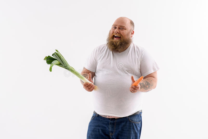 Толстый бородатый парень предпочитает здоровую еду стоковая фотография rf