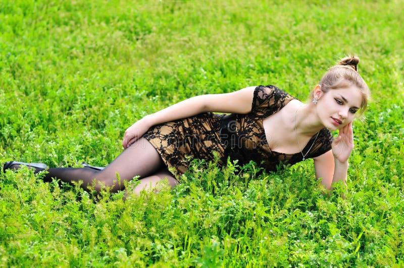 трава девушки заботливая стоковые фотографии rf