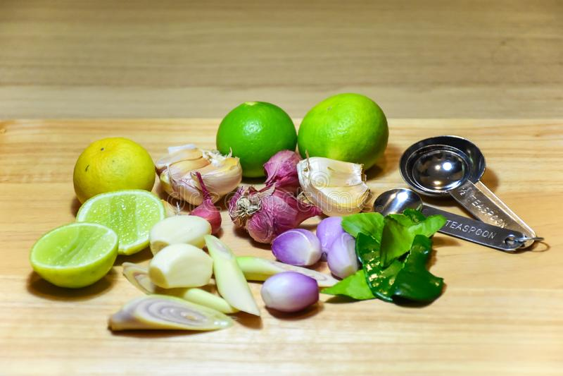 Трава пищевого ингредиента известка, трава лимона, чеснок, шалоты и лист известки kaffir на деревянной предпосылке стоковая фотография rf