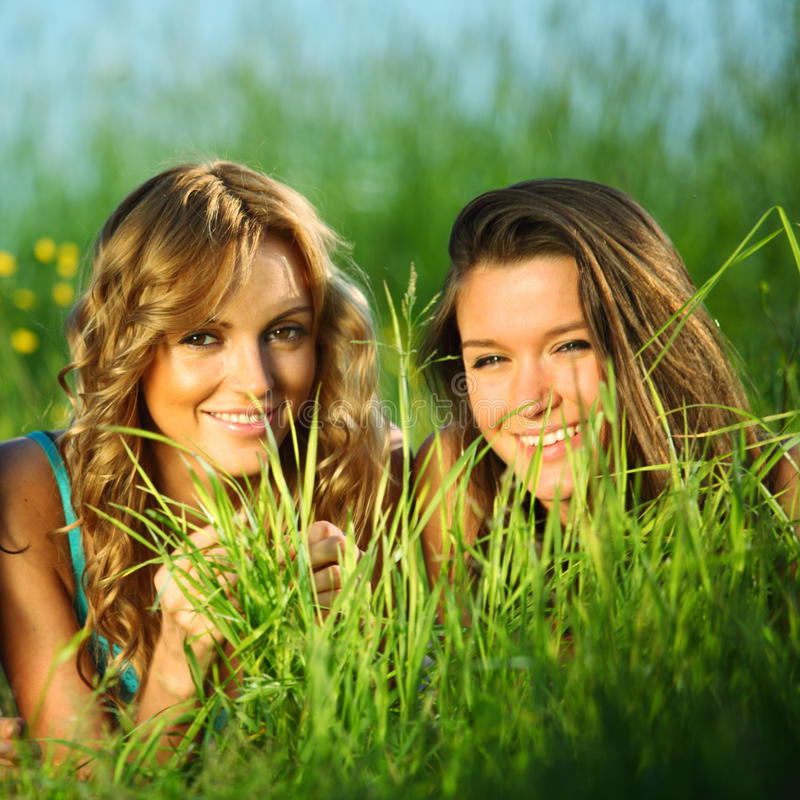 подружки на траве фото коридоре