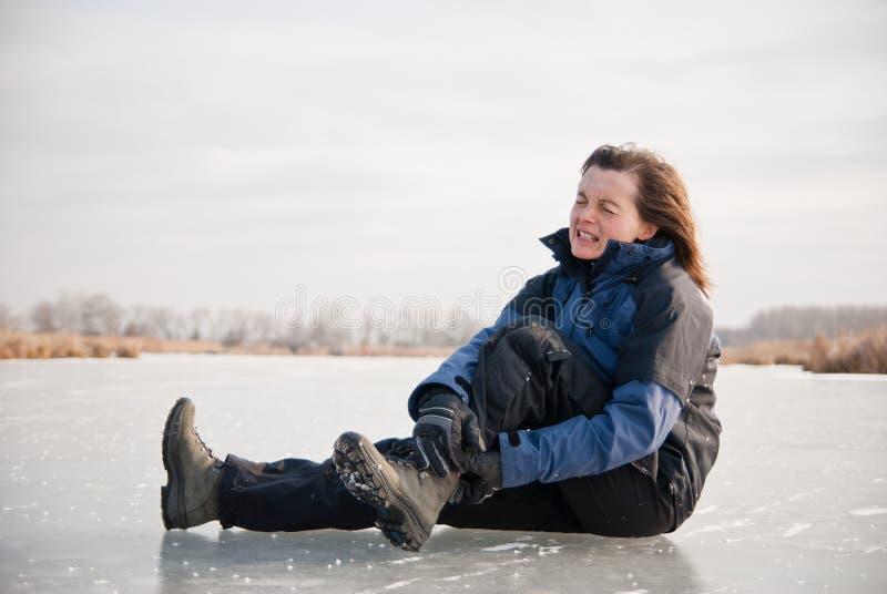 Травма лодыжки - выскальзование зимы стоковые фотографии rf