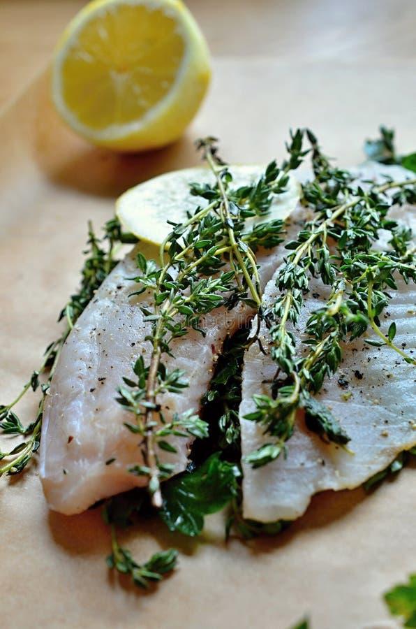 Травы и лимон для приправляя рыб стоковое изображение rf