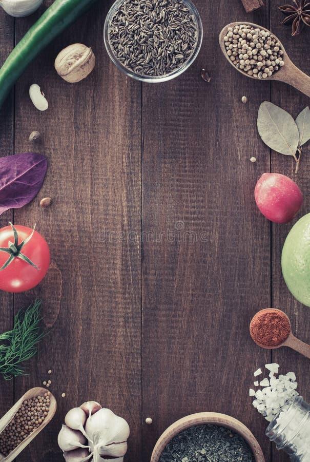 Травы и специи на деревянной предпосылке стоковое фото