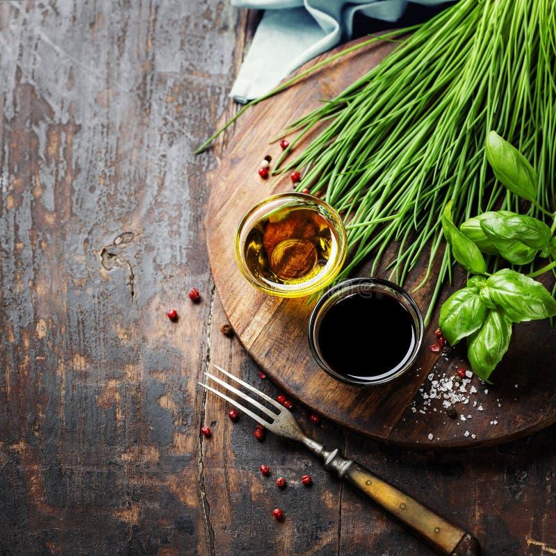 Травы и специи на деревянной доске стоковое фото rf