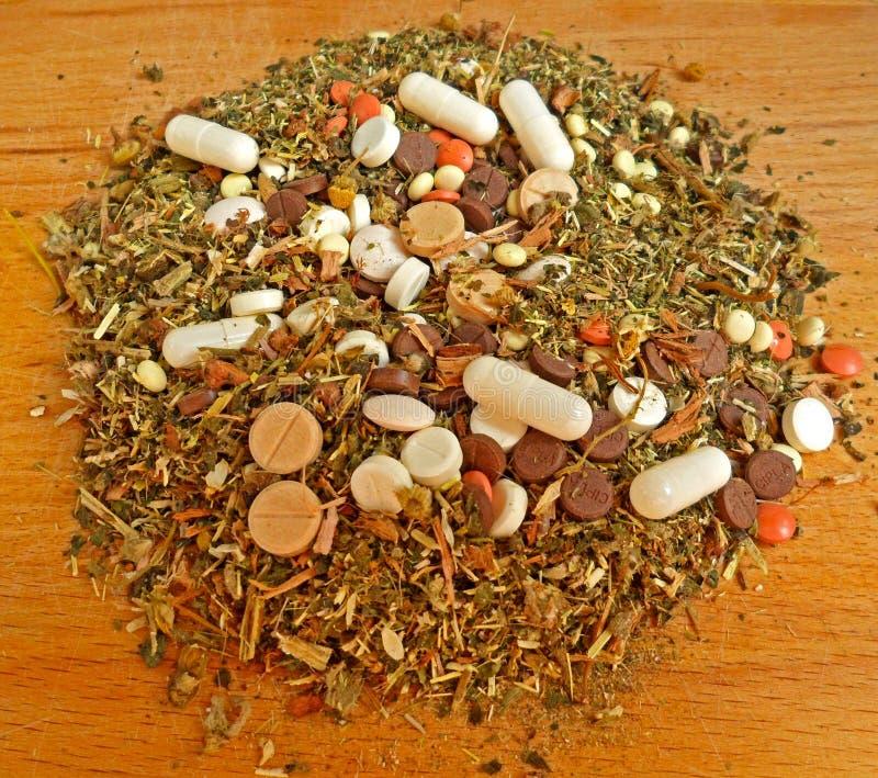 Травяная смесь смешанная с таблетками стоковое изображение rf