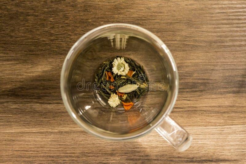 Травяной чай на деревянной таблице стоковое изображение rf