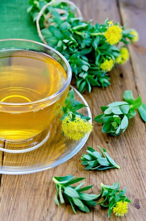 Травяной чай с rosea Rhodiola в чашке на доске стоковое фото