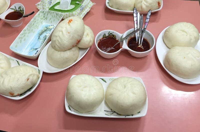 Традиционная азиатская еда, мясо на плите стоковая фотография