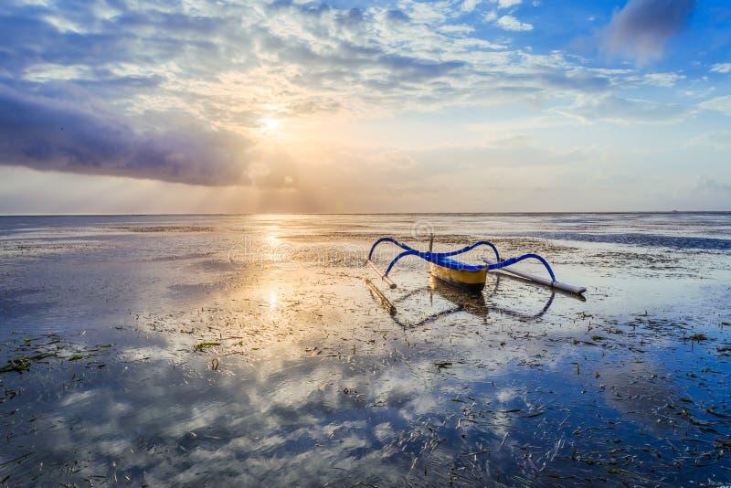 Традиционная балийская шлюпка рыболова стоковое фото