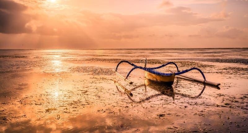 Традиционная балийская шлюпка рыболова стоковое изображение