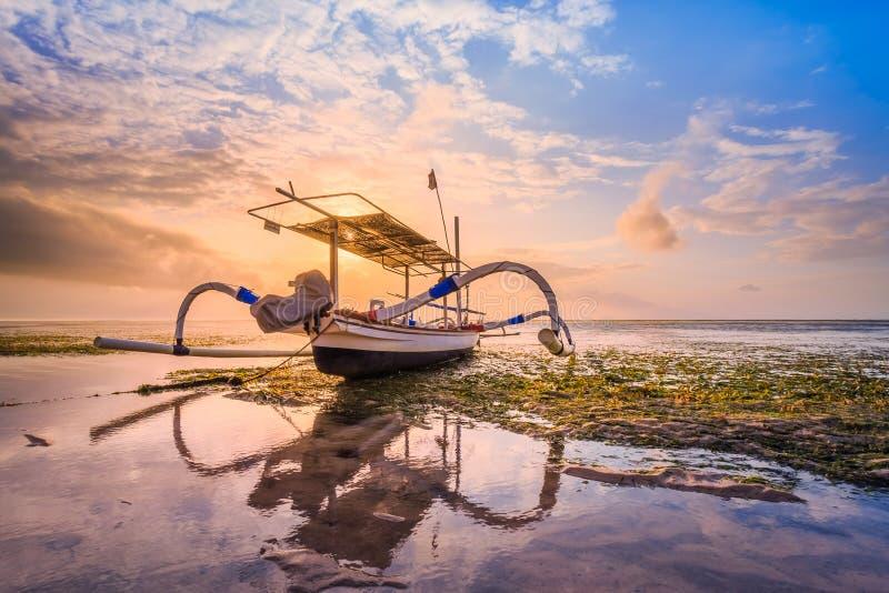 Традиционная балийская шлюпка рыболова стоковые изображения rf