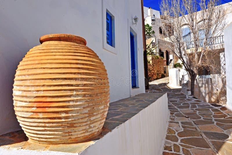 Традиционная ваза в улице греческого городка стоковые фотографии rf