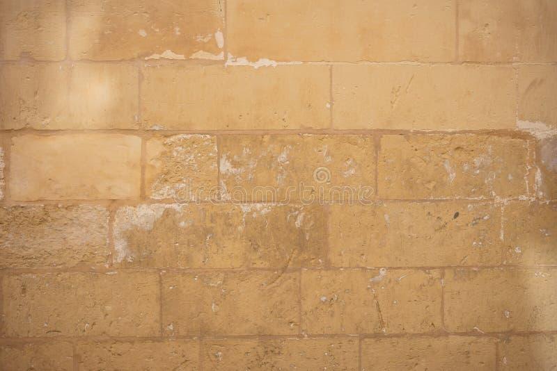 Традиционная выдержанная предпосылка каменной стены в Мальте стоковые фотографии rf
