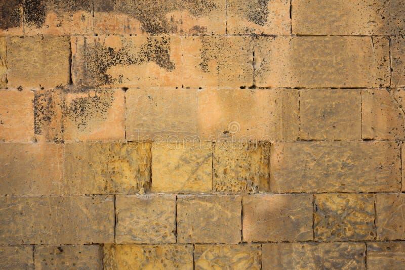 Традиционная выдержанная предпосылка каменной стены в Мальте стоковые изображения rf