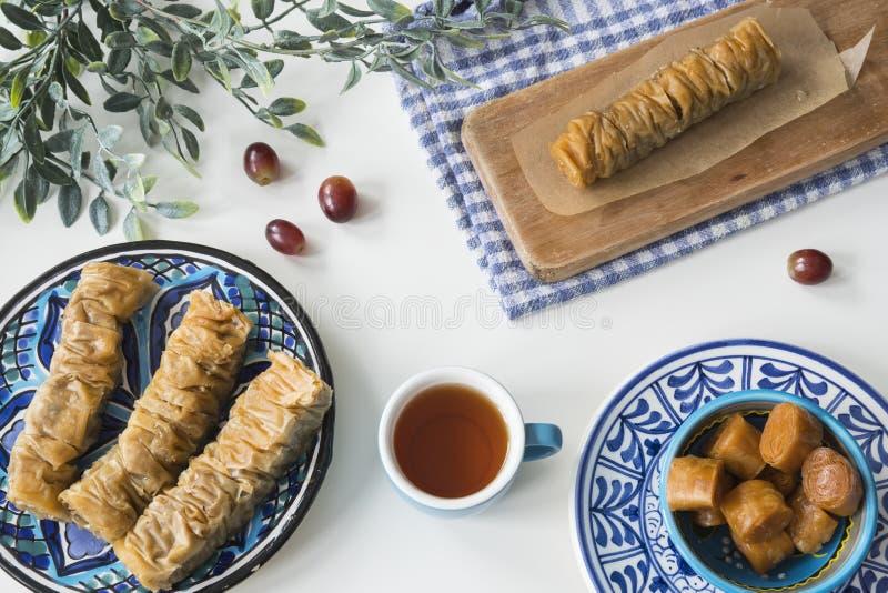Традиционная греческая еда, закуска, квартира кладет с бахлавой плиты стоковое изображение rf