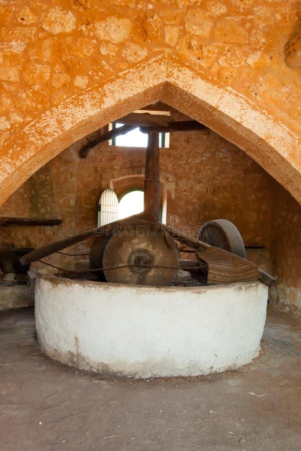 Традиционная греческая пресса камня оливкового масла стоковая фотография