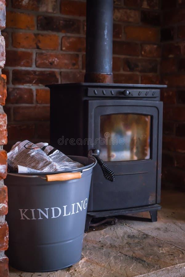 Традиционная деревянная горящая плита в шестке красного кирпича с кор стоковая фотография rf