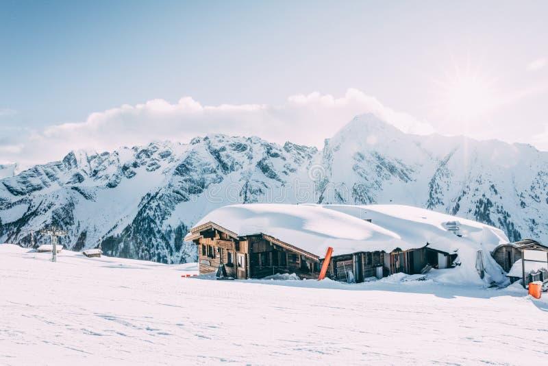 традиционная деревянная кабина на mayrhofen лыжный курорт в красивых покрытых снег горах, Австрия стоковое изображение rf
