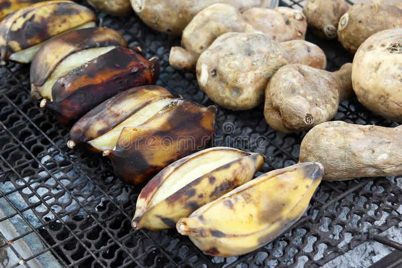 Традиционная еда улицы Таиланда - зажаренные бананы и сладкий картофель стоковое фото