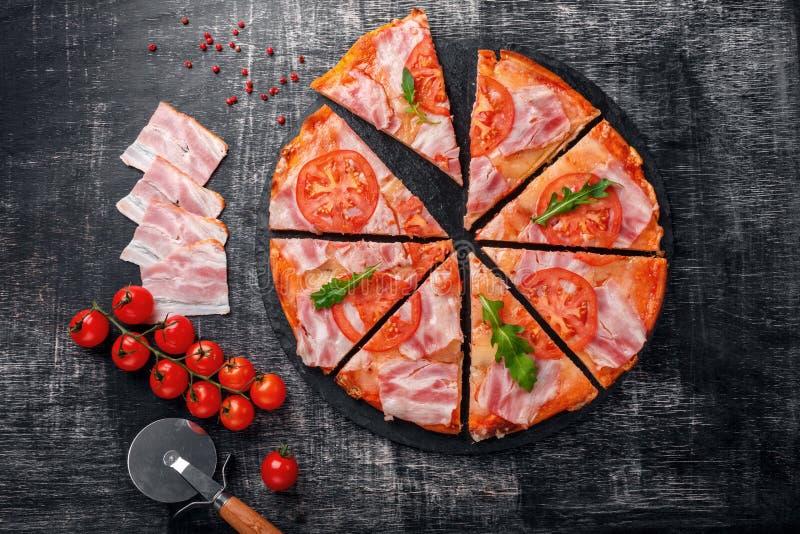 Традиционная итальянская пицца с сыром моццареллы, ветчиной, томатами стоковые изображения rf