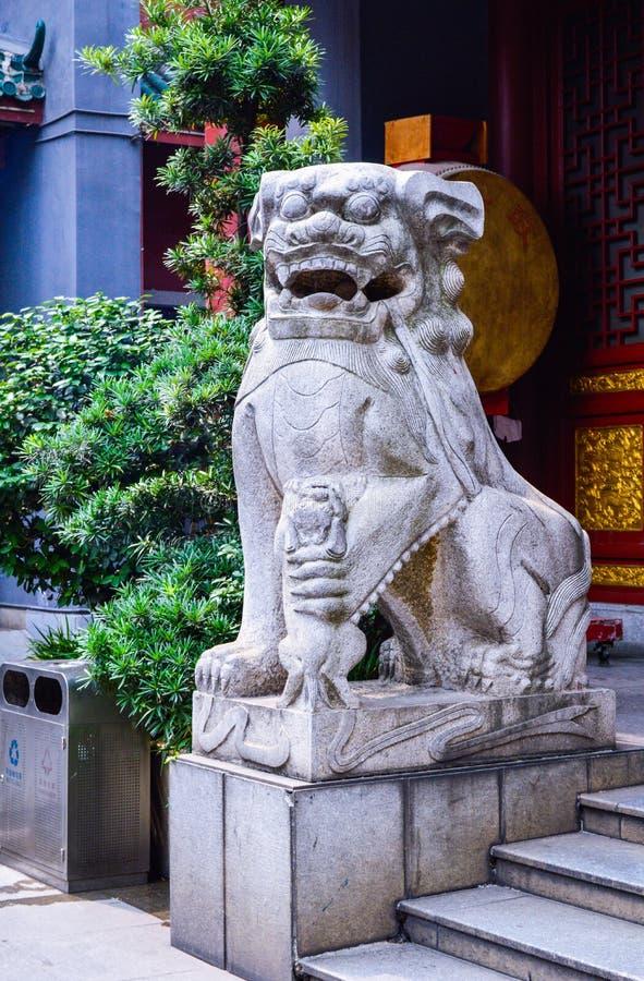 Традиционная каменная скульптура льва в Китае стоковые фото