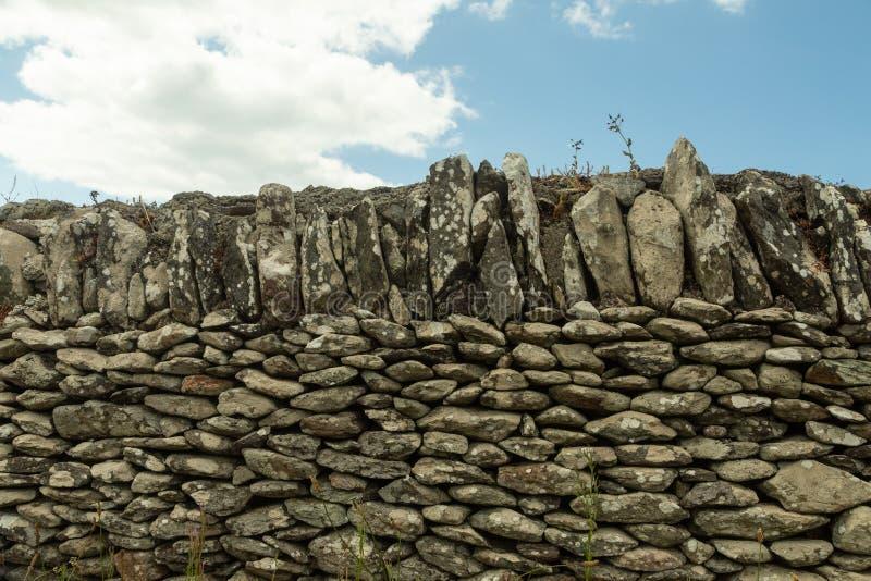 Традиционная каменная стена в Ирландии стоковое фото rf