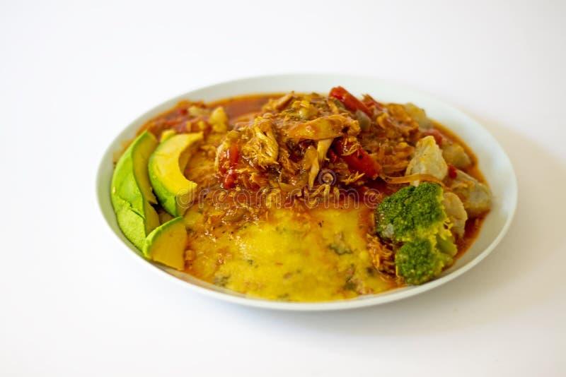 Традиционная кукурузная мука Cou-Cou бамии еды Барбадос местная с тушеным мясом цыпленка стоковая фотография