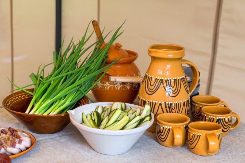 Традиционная литовская кухня, сервировка стола, домодельный квас, замаринованные огурцы, зеленые луки стоковое фото rf