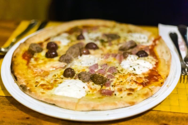 Традиционная местная мальтийсная пицца стоковое изображение