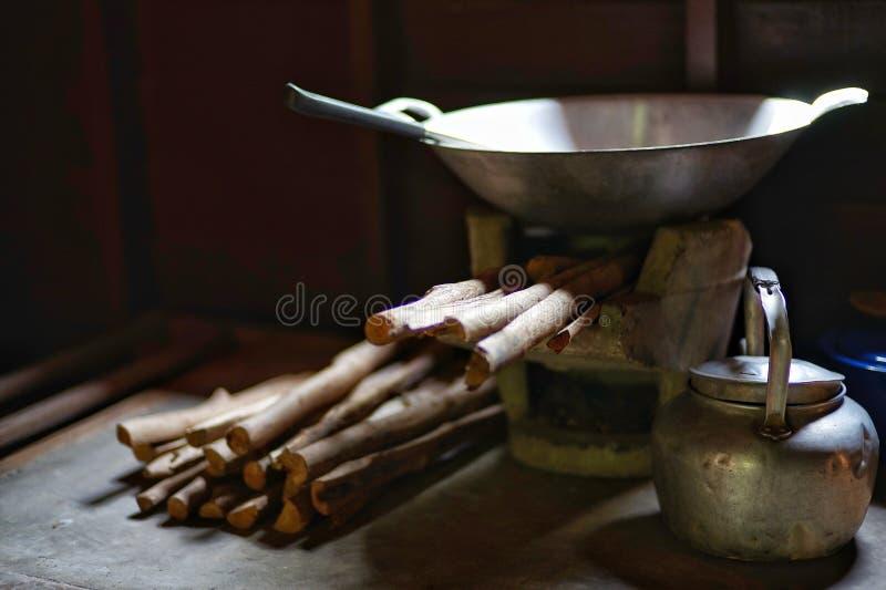 Традиционная плита глины с швырком и kitchenware стоковые изображения