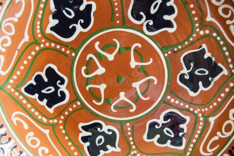 Традиционная подлинная красочная покрашенная вручную азиатская керамическая плита сувенира стоковое изображение rf