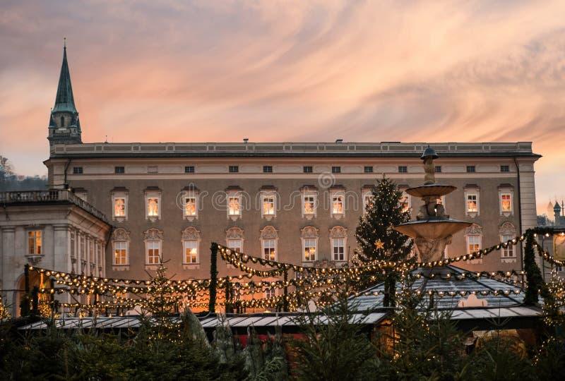 Традиционная рождественская ярмарка на месте Зальцбурге купола на заходе солнца стоковое изображение rf