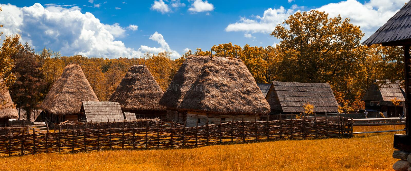 Традиционная румынская деревня со старым толем соломы дома стоковые фото