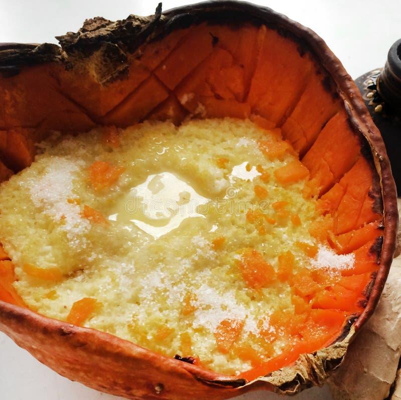 Традиционная русская каша пшена с тыквой и маслом потушенными в печи стоковые фото