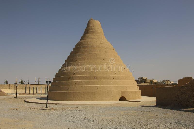 Традиционная старая персидская архитектура - хранение льда, сделанное из глины стоковое изображение rf
