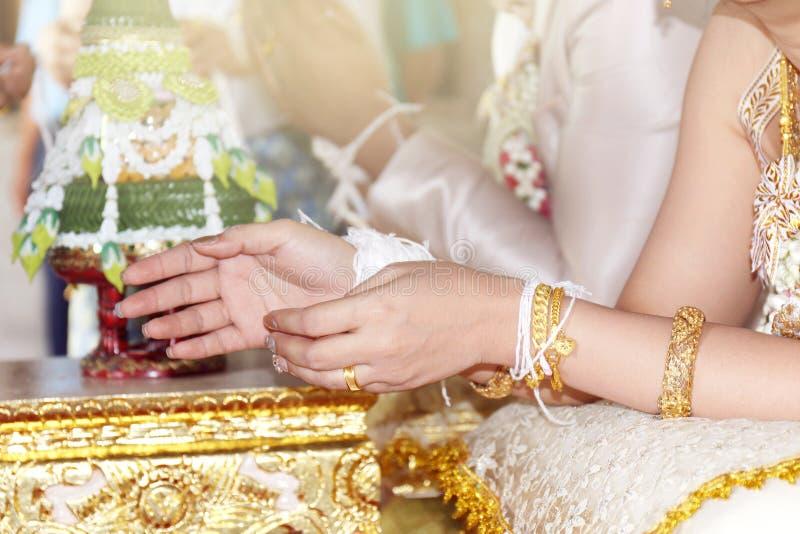 Традиционная тайская свадьба, руки невесты связана с потоком от более старой культуры свадебной церемонии традиции в Таиланде стоковое фото