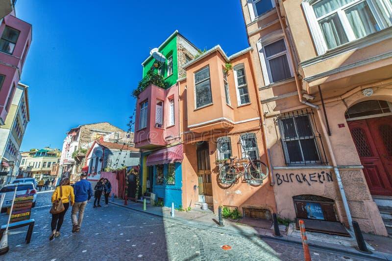 Традиционная улица с красочными домами на Balat которое исторический район Стамбула стоковая фотография